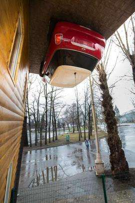 Casa de ponta-cabeça vira atração turística em Moscou, na Rússia. A estrutura foi construída por um empresário em apenas 45 dias