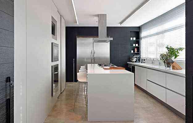 Em outro trabalho de Eliane Pinheiro, a cozinha recebeu persiana em alumínio - Jomar Bragança/Divulgação