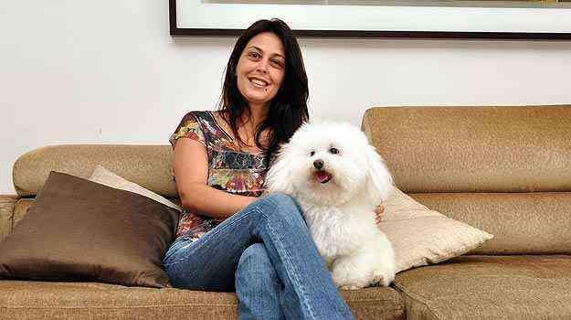 A designer de interiores Ana Karina Chaves não recomenda tapetes e carpetes em casas com animais, pois eles dificultam a limpeza - Eduardo de Almeida/RA studio