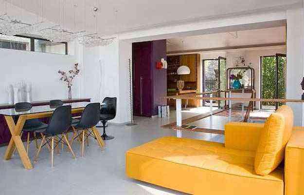 Ambientação da área social em estilo minimalista, de onde desce a escada para a parte íntima - Arquivo pessoal