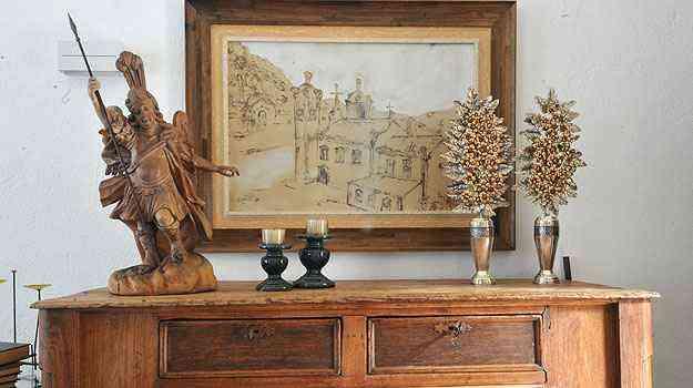 OBRA DE ARTE - Ainda no estar, um arcaz antigo recebe  escultura em madeira de São Miguel Arcanjo e palmas de Sabará. O quadro é de Sara Ávila - Marcos Michelin/EM/D.A Press