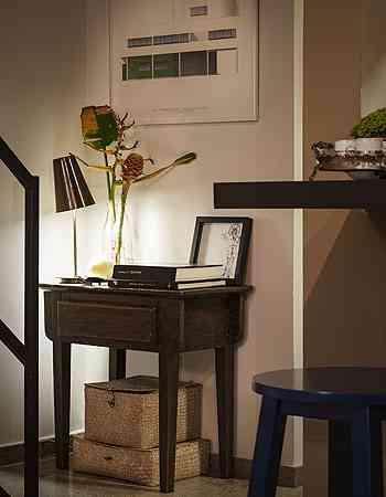 O pequeno hall é uma ambientação charmosa no pé da escada - Henrique Queiroga/Divulgação
