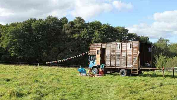 Casal transforma antiga baia de cavalo em charmoso quarto de hotel