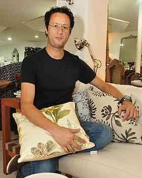 O designer de interiores Mauricio Bomfim diz que móveis de madeira têm um custo um pouco mais baixo que os de fibra sintética  - Eduardo de Almeida/RA Studio