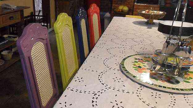 Cadeiras laqueadas em cores fortes compõem  um visual divertido - Deocleciano de Oliveira/Divulgação