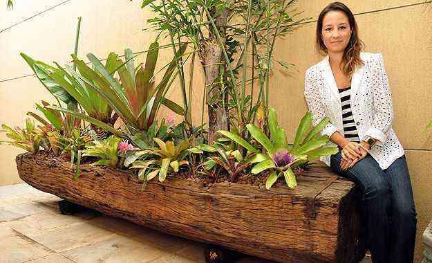 A arquiteta Marina Dubal diz que garimpar peças em lojas de artigo de demolição, como este cocho transformado em jardineira, ou em caçambas e topa-tudo é essencial - Eduardo Almeida/RA Studio