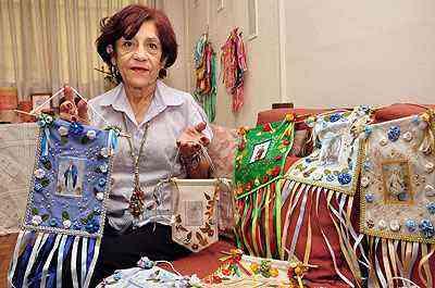 A professora Maria Aparecida Coelho buscou na infância a inspiração para as bandeiras com imagens de santos - Eduardo Almeida/RA Studio