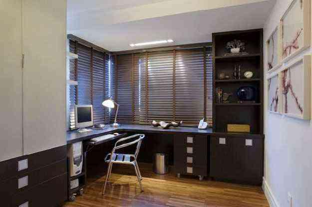 Para o arquiteto Hélio Albuquerque, a falta de espaço requer criatividade e versatilidade na hora de montar o ambiente de trabalho em casa - Hélio Albuquerque/Divulgação