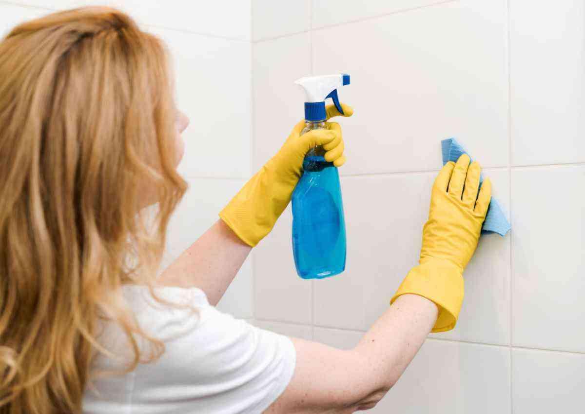 Aprenda a limpar rejunte de banheiro - Freepik