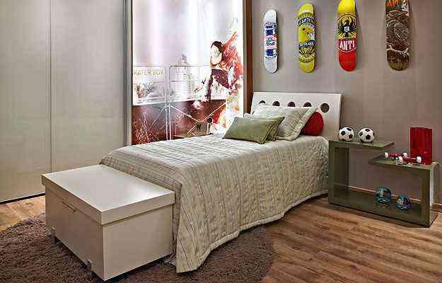 Projeto de Leila Dionizios usa a peça no pé da cama para funcionar como aparador na troca de sapatos ou manter cobertores organizados - Jomar Bragança/Divulgação