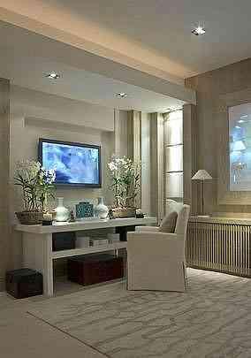 No projeto da sala a palha de seda foi aplicada na parede atrás da televisão. Esse tipo de palha é delicada e deixa decorações neutras mais sofisticadas - Martin Szmick