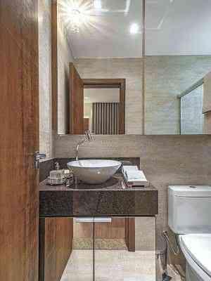No banheiro, chama a atenção a bancada escura contrastando com o clima clean da decoração - Daniel Mansur/Divulgação