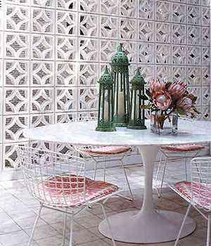Na parte externa da residência, os cobogós podem ser usados para embelezar a fachada ou substituir paredes comuns no jardim ou na área de lazer  - Reprodução/casosdecasa