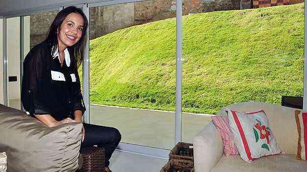 A engenheira e designer de ambientes Flávia Freitas diz que é possível ousar em qualquer ambiente, desde que haja harmonia e integração no projeto - Eduardo Almeida/RA Studio