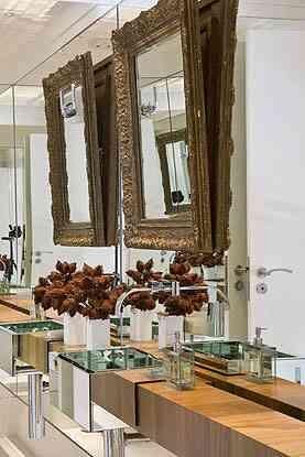 A pia espelhada e o espelho lateral fazem com que o banheiro criado pela arquiteta Letícia Ruivo pareça maior - Letícia Ruivo/Divulgação