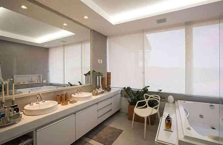 <b>Banheiro:</b> Todo revestido em mármore branco e porcelanato, o cômodo é neutro, funcional e clean. Tem uma banheira voltada para a mata preservada e é posicionado de frente para as janelas, que se abrem quase totalmente. As bancadas são em mármore branco - Daniel Mansur/Divulgação