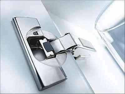 Sistema de dobradiça criado por empresa austríaca permite maior amplitude às portas - Blum/Divulgação