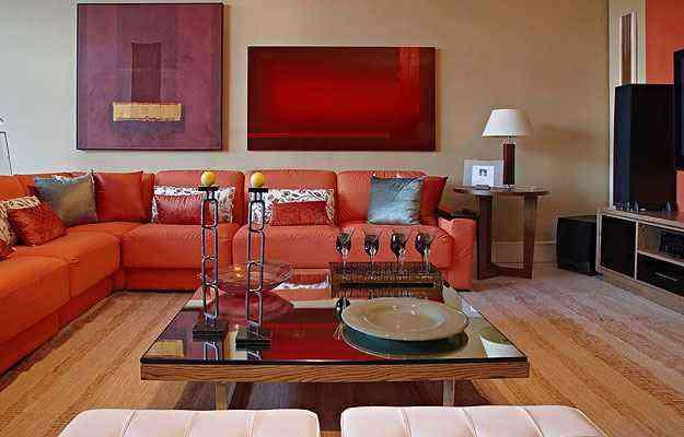 No projeto da Líder Interiores, assinado por  Luiz Fernando Redo e Carlos Hansen,  o sofá laranja tem almofadas de pluma sintética e estrutura metálica - Lider Interiores/Divulgação