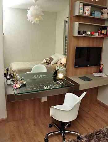 Móvel ganhou novas funções no quarto, como criado, bancada de estudos e aparador - Eduardo Almeida/RA Studio