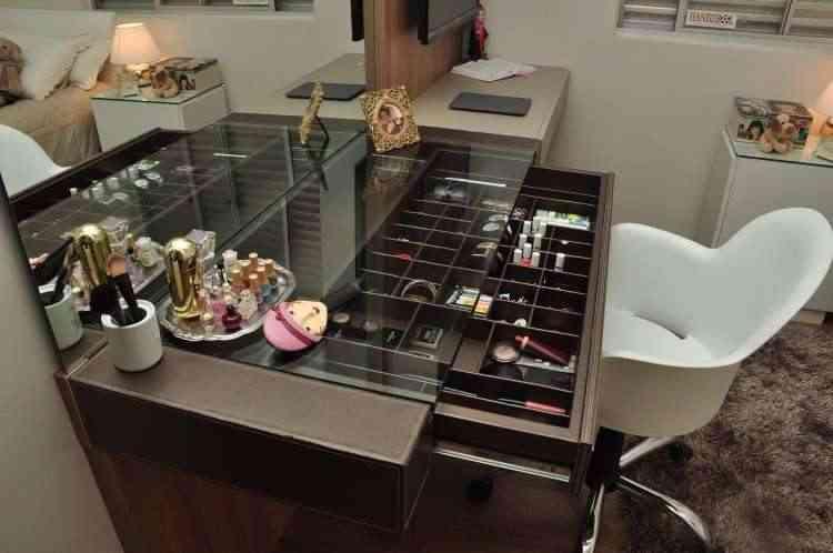 Móvel com divisórias para guardar maquiagem e acessórios para manter tudo organizado, como nessa composição assinada pela designer de interiores Renata Ferreira  - Eduardo Almeida/RA Studio