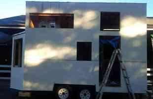 Com menos de 11 m², casa sobre rodas tem até mezanino. Para não arcar com os altos custos de um financiamento imobiliário, paisagista canadense encontra uma saída para lá de criativa para construir seu lar, doce lar