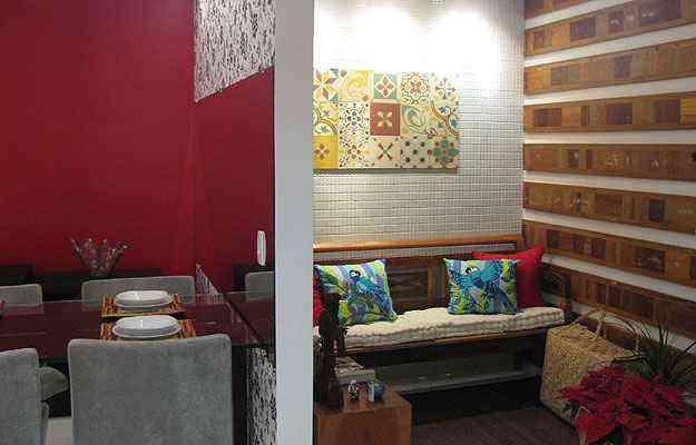 O cantinho para leitura e descanso criado pelas profissionais da VS Design neste apartamento era antes uma área de serviço. Agora, o novo espaço se integra à sala de jantar - Alexandre Lima/Divulgação