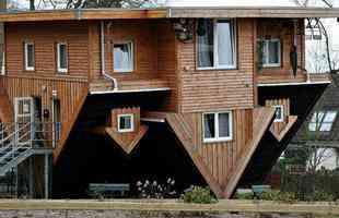 Casa virada para baixo em Getorff, na Alemanha