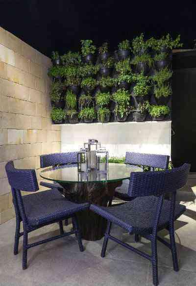 O pé de madeira da mesa de jantar, que possui mais de mais de 200 anos, é um dos destaques da Cozinha Gourmet projetada pelo escritório Óbvio Arquitetura  - Henrique Queiroga/Divulgação