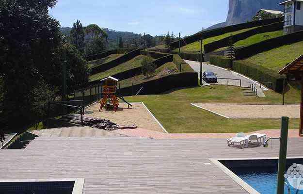 O deck feito em ecomadeira é exemplo de como tornar o espaço ao redor da piscina mais bonito, mostrando vantagens na manutenção. Material tem sido muito utilizado em aplicações externas - Ecoblock/Divulgação