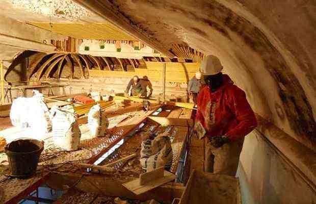 Homens trabalham na restauração do chateau - Craig e Karina Waters/Divulgação