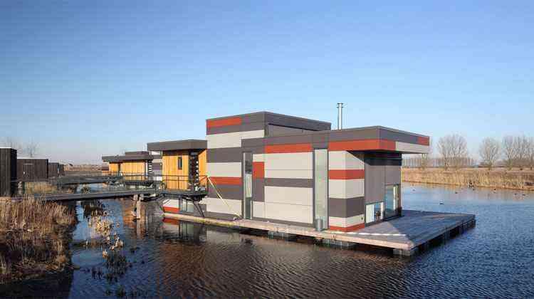 Cada construção possui características exclusivas em relação ao cojunto - Bart van Hoek / Attika Architekten