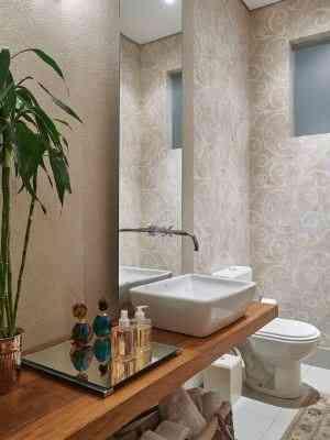 Espelho recuado na parede, papel de parede e bancada de madeira de demolição - Jomar Bragança/Divulgação