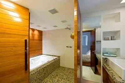 Para atender ao desejo do cliente de ter um banheiro mais confortável, a arquiteta Estela Netto agregou o quarto de empregada à suíte - Daniel Mansur/Divulgação