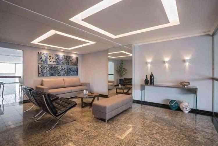 Com a mudança de mobiliário, pintura na parede, troca de lâmpadas e revestimento do pilar com espelho, o hall de um edifício de mais de 25 anos se tornou mais atual - Daniel Mansur/Divulgação