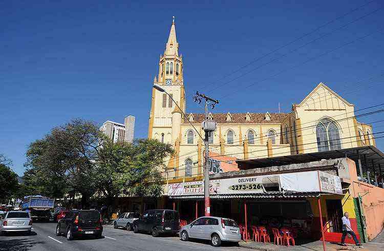 Comércio é intenso e variado na região. Ao fundo, a Igreja Nossa Senhora das Dores  - Leandro Couri/EM/D.A Press