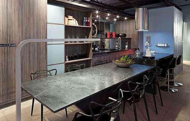 Como tampo de mesa, o mármore confere um toque clássico a essa cozinha contemporânea. Projeto de Sônia Lacombe e Ângela Borsoi - Haruo Mikami/Divulgação