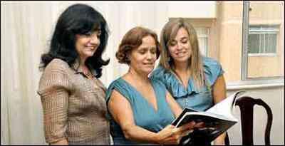 Denise (ao centro), uma das vencedoras de promoção do EM e da Casa Cor, recebe dicas de decoração das designers Sonia e Jane - Eduardo Almeida/RA Studio