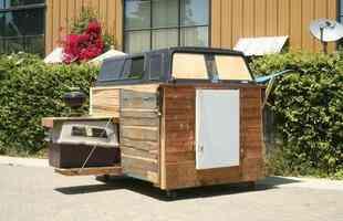 Artista cria abrigos para moradores de rua usando materiais recolhidos do lixo. Norte-americano tem se dedicado a construir pequenas moradias para quem vive com muito pouco na Califórnia. Feito totalmente pela reciclagem e a baixo custo, modelo pode ser inspiração para todo o mundo