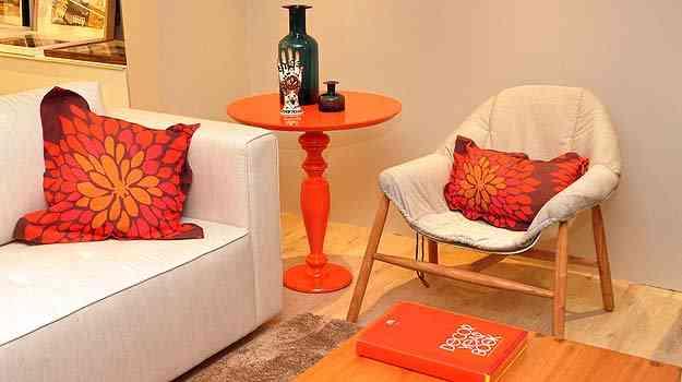 A mesa de canto laqueada conferiu personalidade ao ambiente - Eduardo de Almeida/RA studio