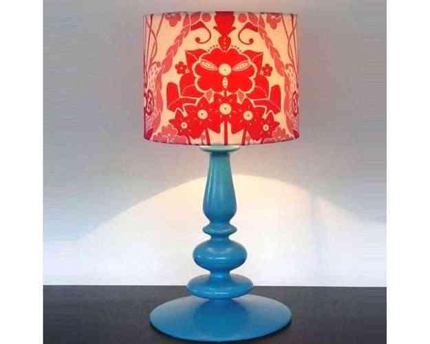 O Abajour Blue é uma peça de cerâmica pintada à mão, com estamparia de tecido exclusivo, vendido por um valor aproximado de R$ 960 - Divulgação