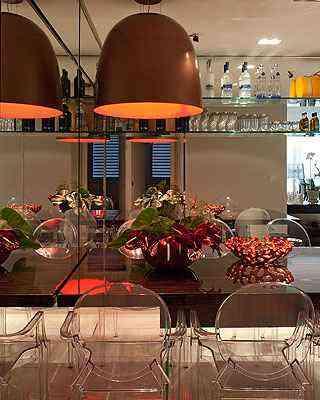 No projeto do arquiteto Luís Fábio Rezende de Araújo, o bar é todo de vidro com parede de espelho - Daniel Mansur/Divulgação