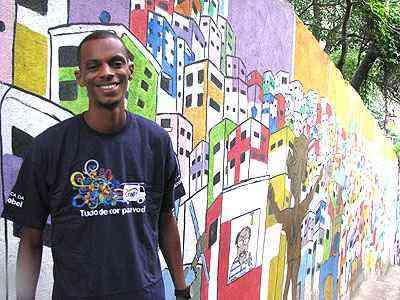 Swell Demuner é parceiro do projeto e ajuda a colorir o Santa Marta com sua arte - Joana Gontijo/EM/D.A Press