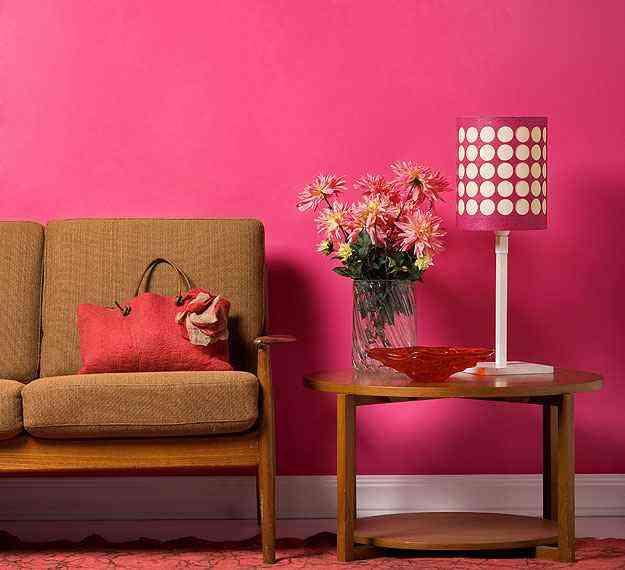 As paredes da sala ganham cobertura de tons fortes e alegres para manter o contraste com móveis claros - Futura Tintas/Divulgação