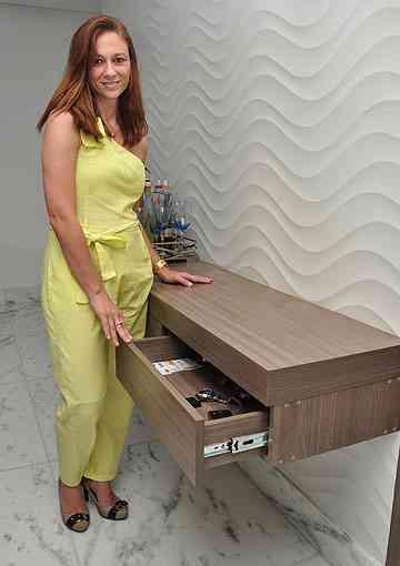 Aparadores com gavetas são ferramentas importantes nesse tipo de projeto, segundo a designer de interiores Fabiana Visacro - Eduardo de Almeida/RA Studio