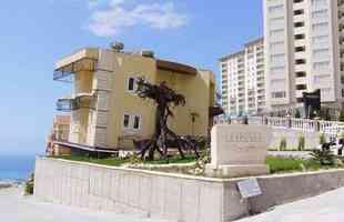 Escritório de ponta-cabeça em Alanya, cidade-balneário na Turquia
