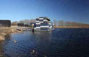 O conjunto Drijf in Lelystad consiste em oito moradias flutuantes para uma comunidade de oito famílias em Lelystad, na Holanda.