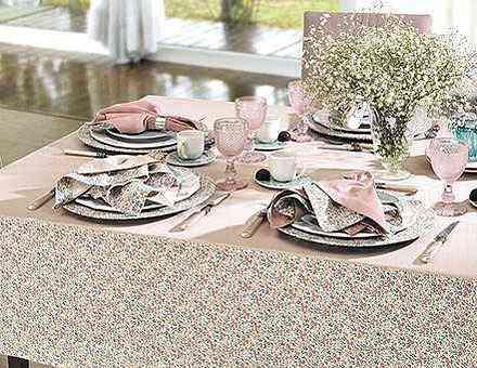 Sobre a mesa, um detalhe faz a diferença. Toalha de mesa da Copa & Cia e porcelana Schmidt - Copa e Cia/Divulgação