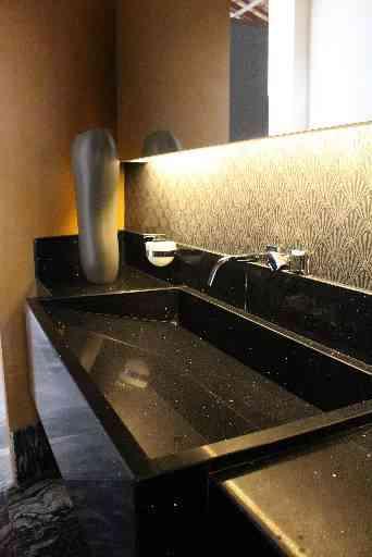 Banheiro masculino é sinônimo de luxo com granito preto indiano presente no painel horizontal  - Ana Paula Costa Andrade/Divulgação