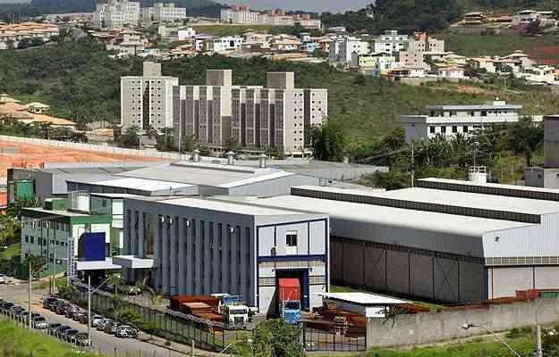Contagem compartilha o perfil de cidade industrial com outros tipos de imóveis: em primeiro plano, galpão, e, ao fundo, unidades residenciais  - Eduardo de Almeida/RA Studio - 20/12/12