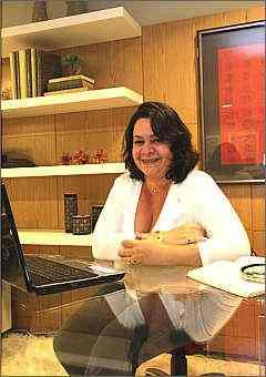 A designer de interiores Andreza de Lucca Ozores diz que escritórios domésticos devem ser funcionais e com boa infraestrutura -